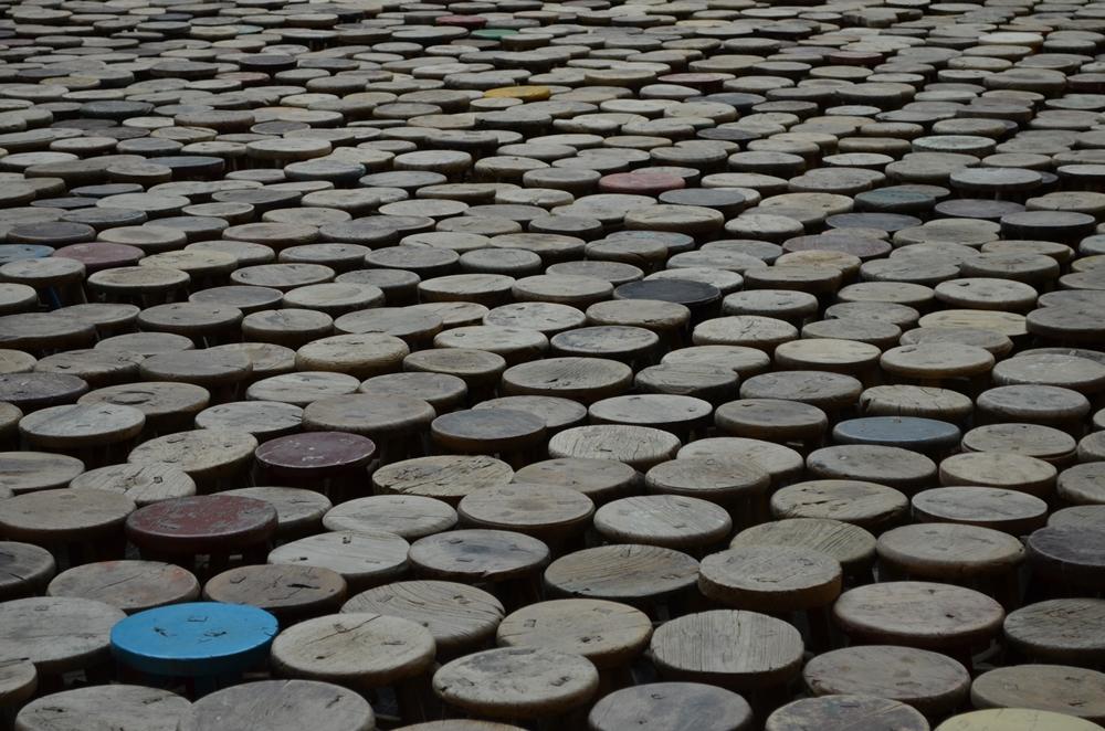 """Stools"""" von Ai Wei Wei im Martin-Gropius-Bau. Bild. Schattauer/Bezirzt"""
