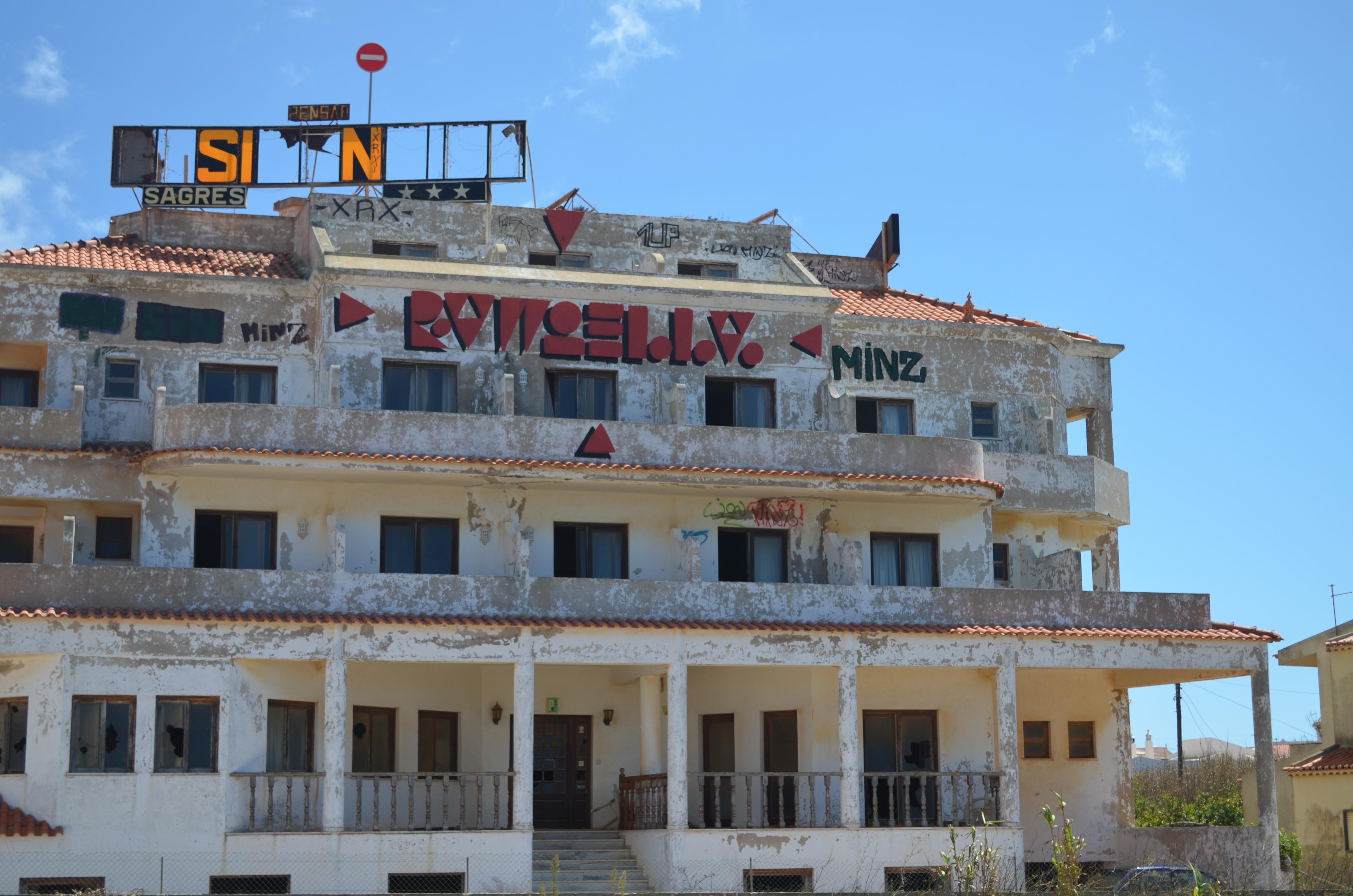Die Ruine eines alten Surf Hostels