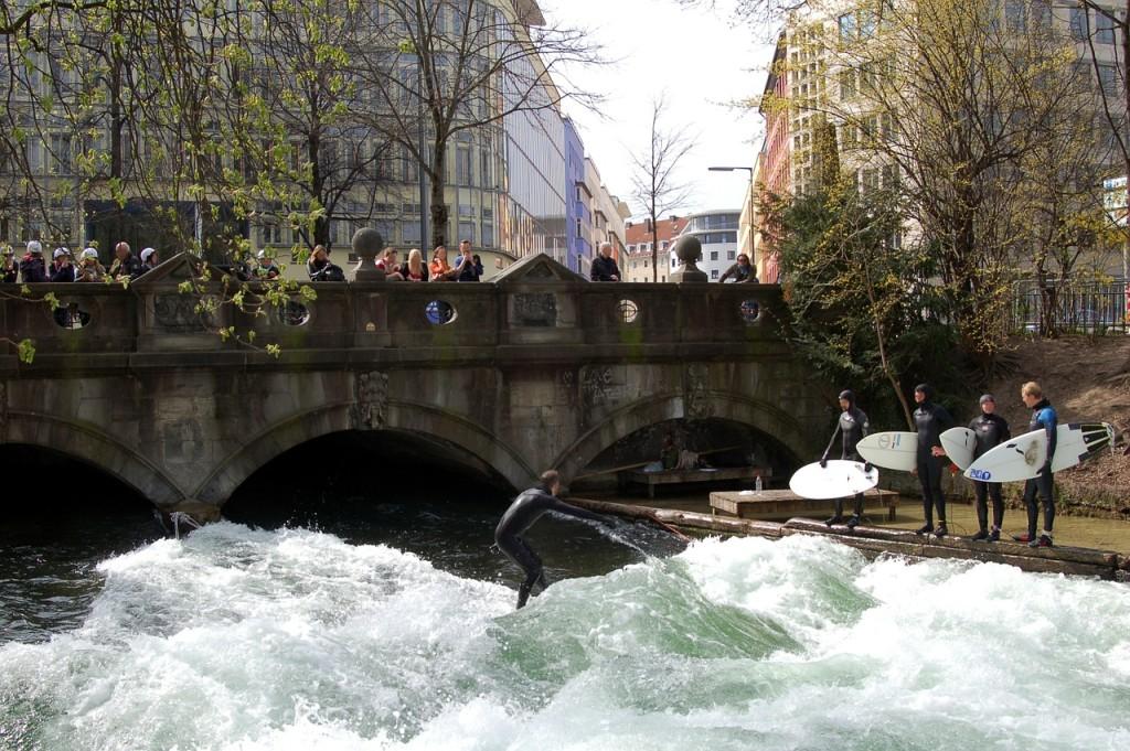 """Die Eisbachsurfer auf der """"Welle""""."""